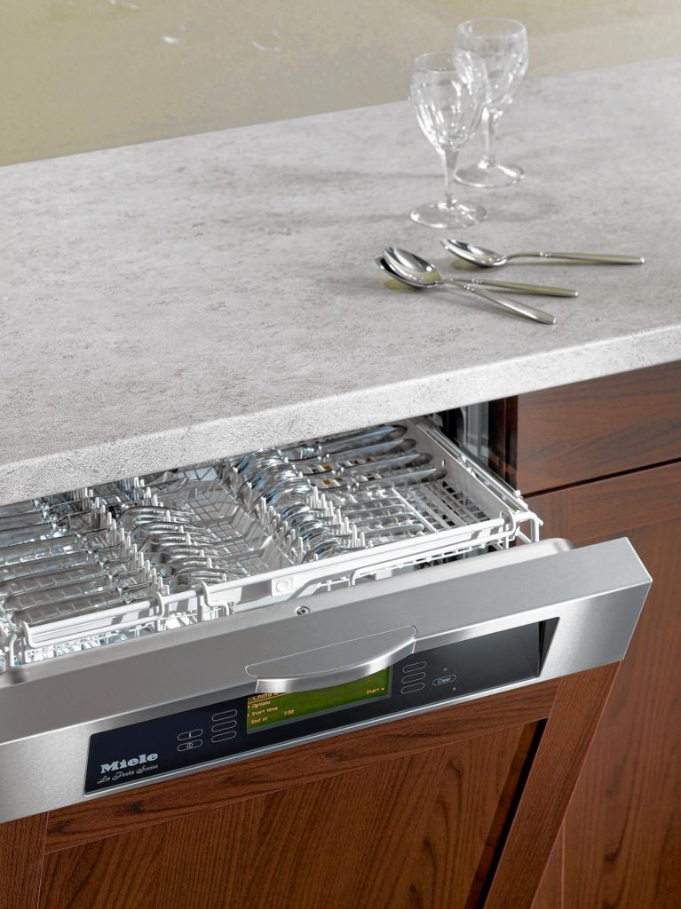 Upper flat tray provides room for more cutlery and more effective cleaning.